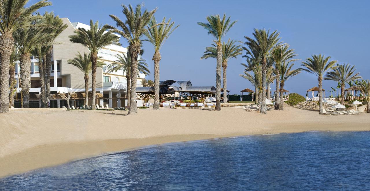Stranden foran Pioneer Beach Hotel Pafos Kypros