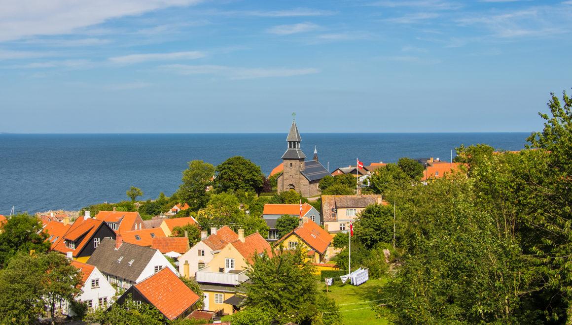 Oversikt over den lille byen Gudhjem på Bornholm