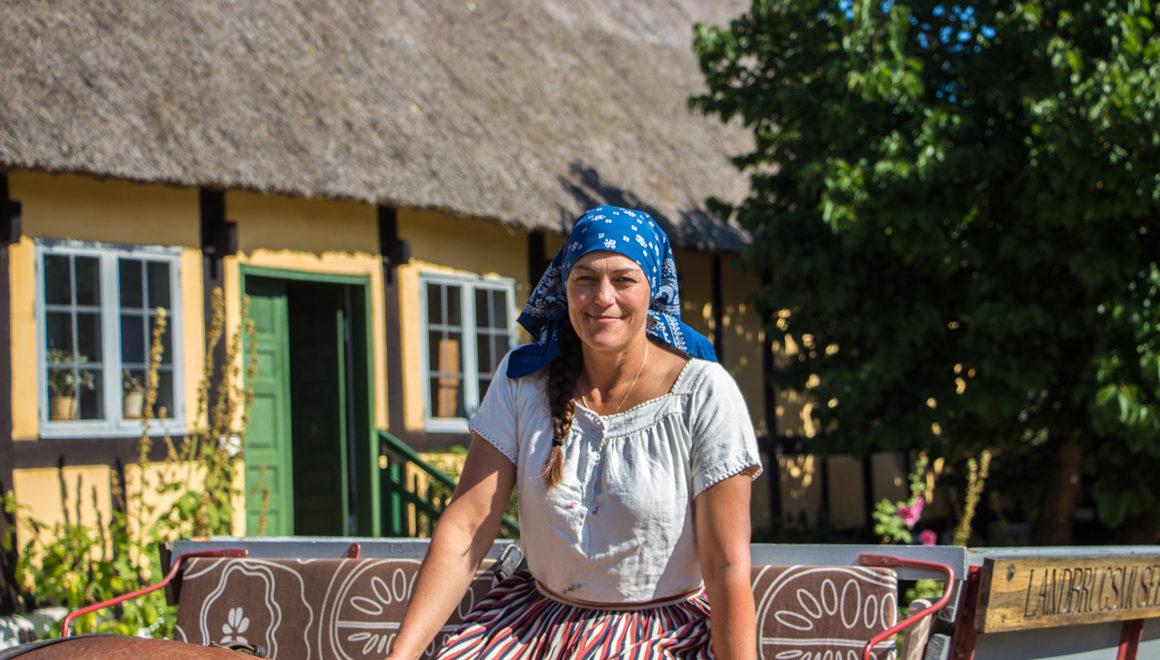 Melstedgaard på Bornholm, kvinne i tradisjonell drakt