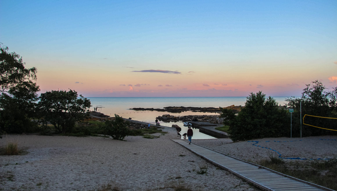 Promenade ned til stranden ved Hullehavn, like utenfor Svaneke, Bornholm