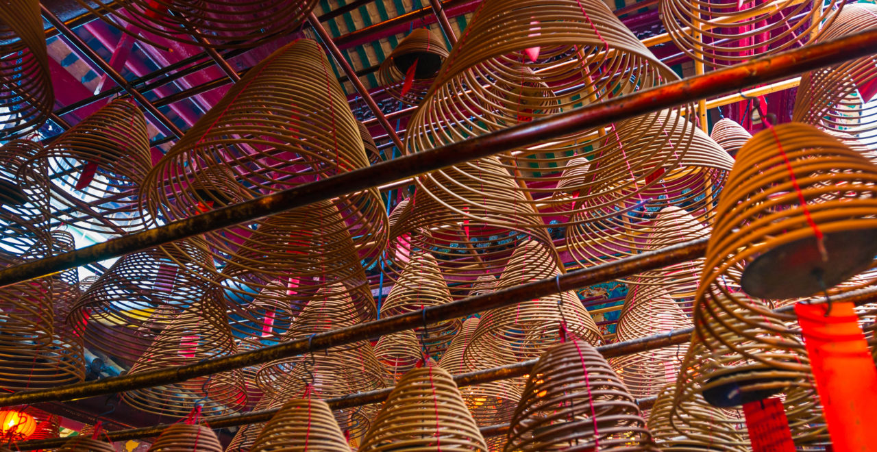 Incense Spirals Hanging from Ceiling in Man Mo Temple, Hong Kong, Kina