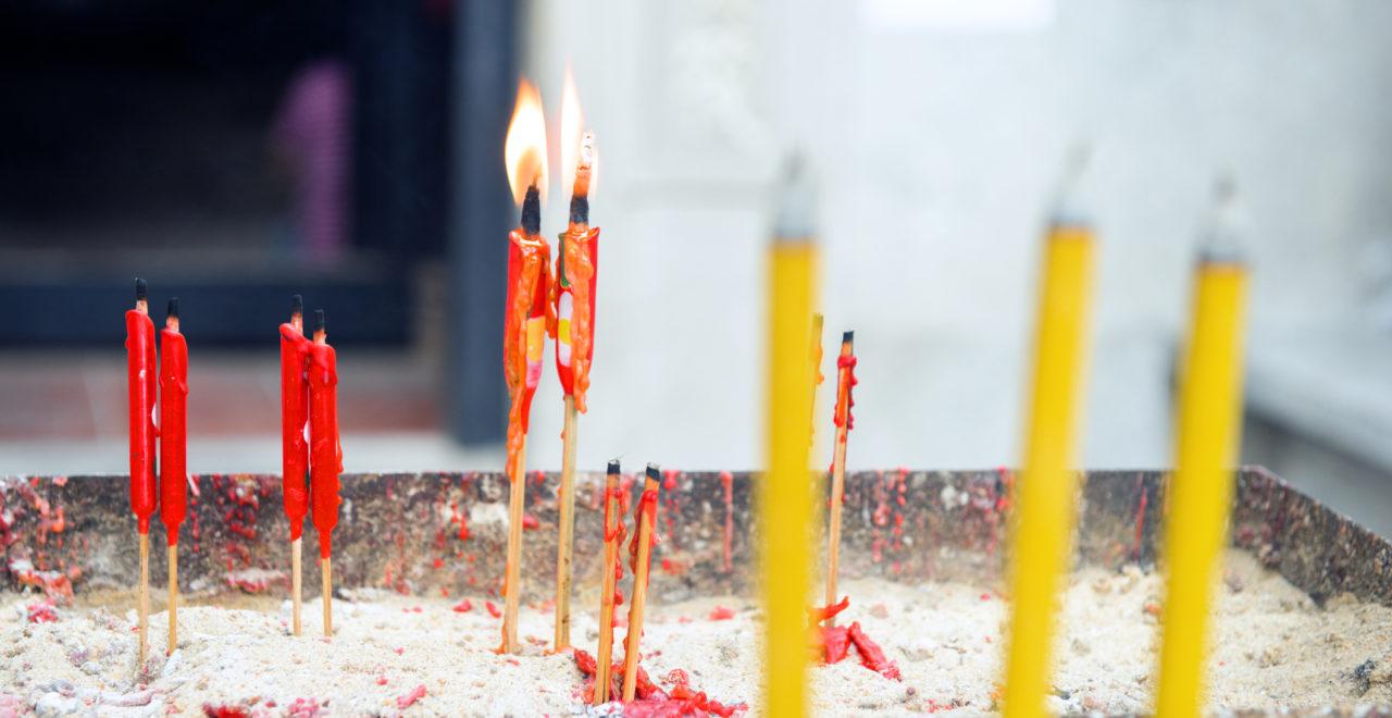 Red Candles Burn at Hong Kong Buddhist Temple, Kina