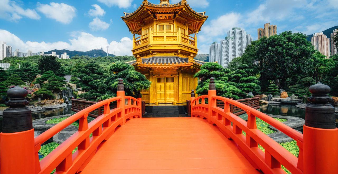 Red bridge in Nan Lian Garden, Diamond Hills, Hong Kong, Kina