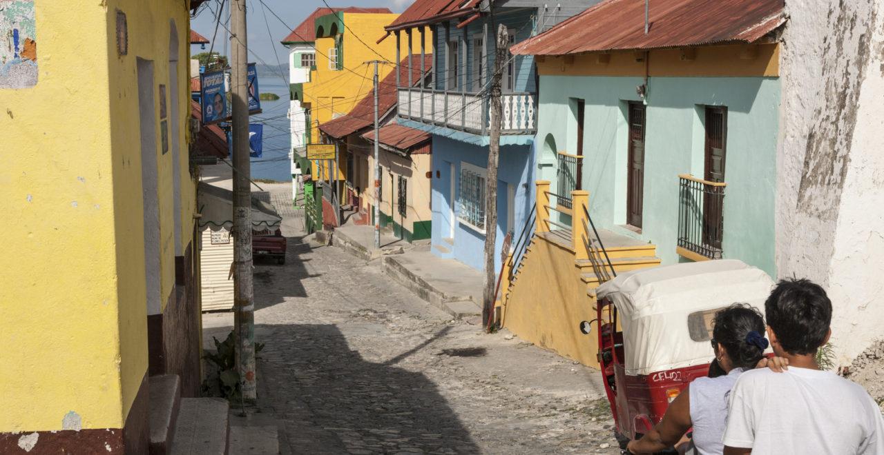 guatemala_calle_10_de_Novembre_Flores