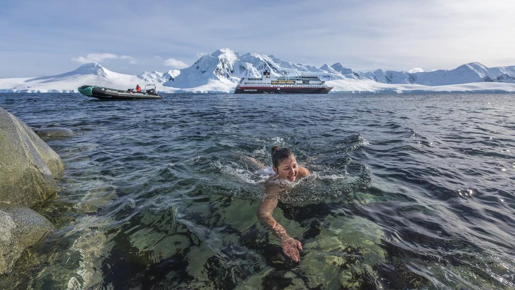 Svømmetur-Damoy-Point-Antarktis-HGR-115747_1024_foto_Karsen_Bidstrup_Hurtigruten_Antarktis